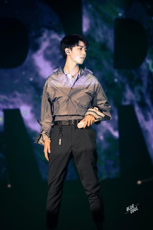 王俊凯18岁生日会台上献唱帅气十足,一双大长腿十分抢镜
