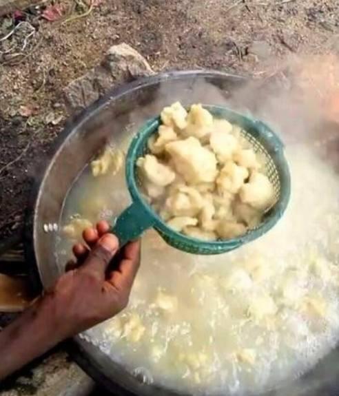 直击非洲人吃饺子,网友:这也算饺子的话,中国都是美食!图片