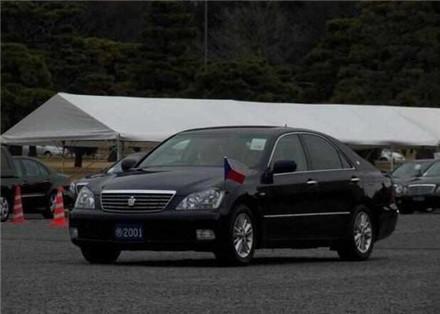 中国大使馆的车和日本相比,中国除了用红旗外,还用了吉利!