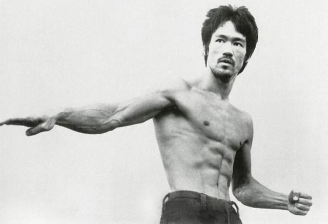 李小龙拳_一拳能击倒泰森的李小龙有多强? 看看他的肌肉照