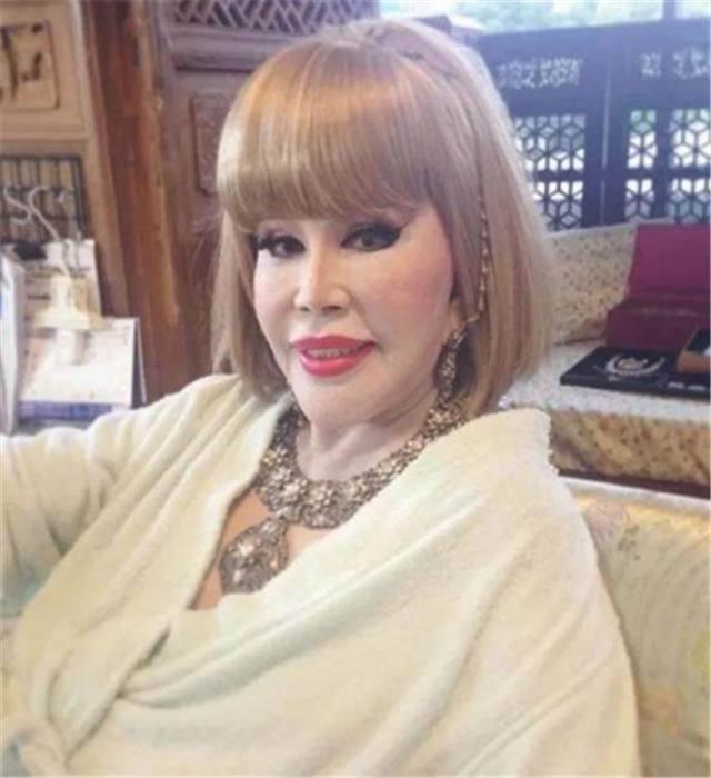 比刘晓庆还年轻,身价百亿整容成芭比,今80岁豪车出行容颜不老!