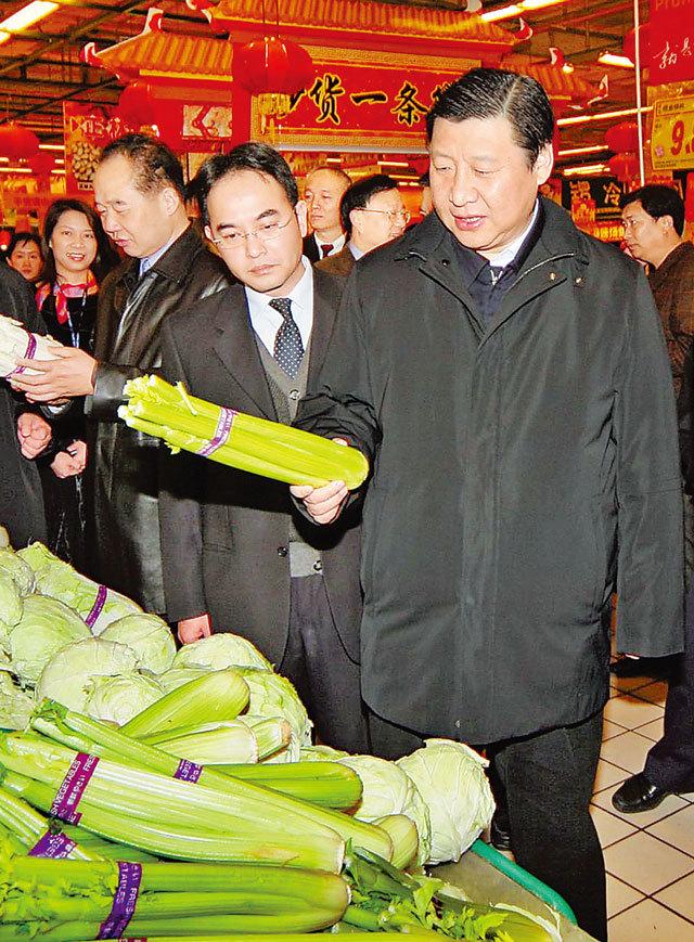 2007年2月16日,习近平在杭州察看和调研春节市场供应情况。浙江新闻客户端记者 周咏南 摄
