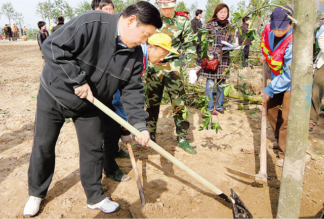 2007年2月28日,习近平在杭州钱江新城副阳台景观绿化工程现场参加义务植树活动。浙江新闻客户端记者 周咏南 摄