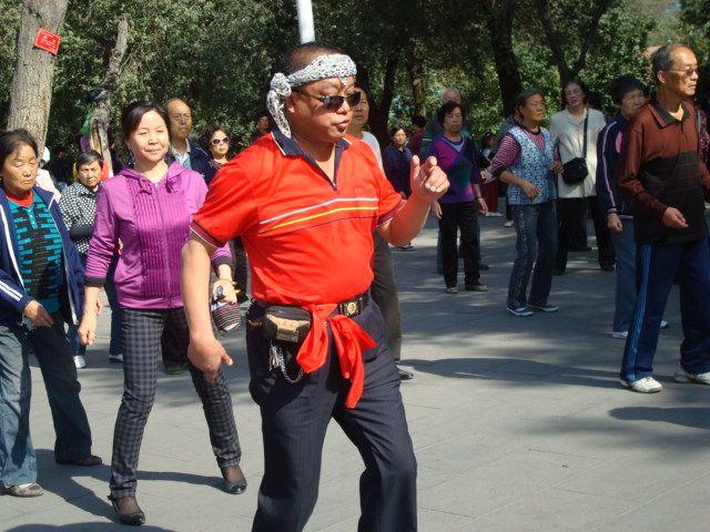 新疆舞的大叔表情萌翻了,时尚大妈跳新疆舞,看的人眼花缭乱
