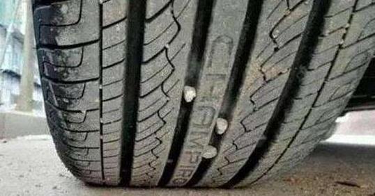 汽车轮胎花纹里有小石子要抠掉?大部分车主都做错了