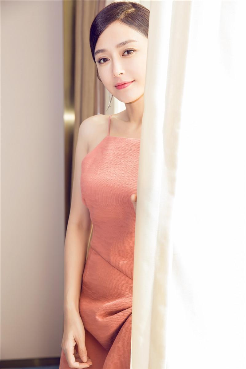 秦岚优雅杀!粉色吊带长裙露香肩好气质尽显