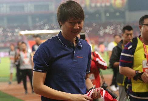 国足领队李铁去武汉卓尔任职了, 他为什么不辞职呢?