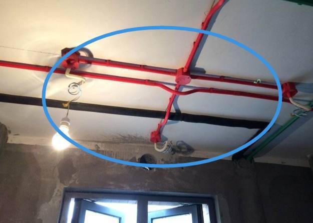 电线走吊顶要不要穿管?老电工一看就愣住,用2年必出问题