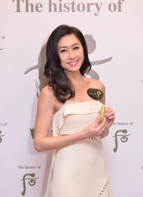 她在TVB十年一直不温不火, 凭两剧彻底红爆, 精致美女终熬出头