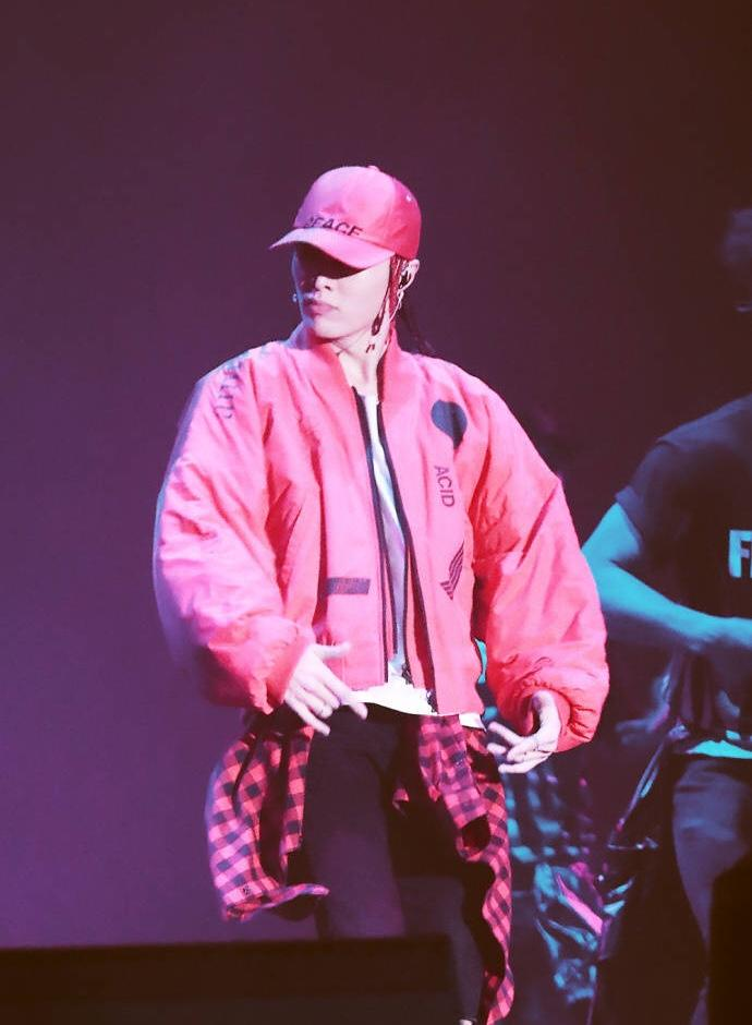 张艺兴以全新造型现身舞台,他的打扮是不是很时尚?