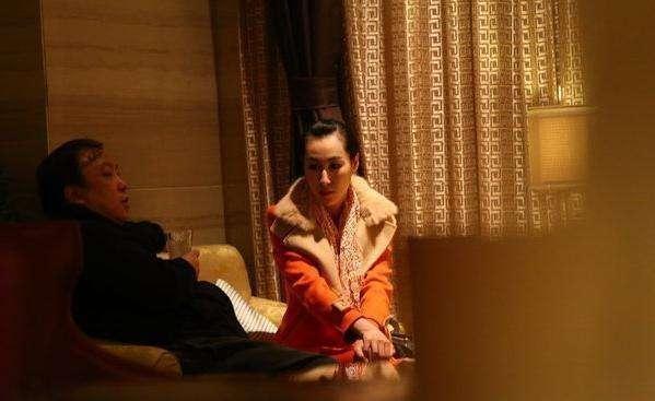 王晶深夜与女星讨论剧本,王导裤子拉链没拉成亮点