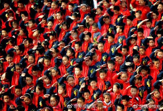 鲜艳的红领巾,飘扬在胸前!