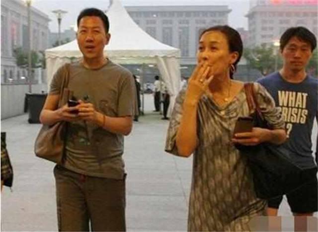 50岁那英坐豪车出行, 烟不离手, 网友: 素颜比大妈还老!