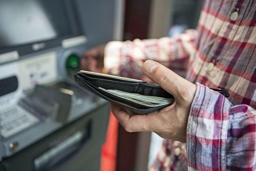 男子取款时突发癫痫晕倒在ATM机前 银行员工及时救助挽回一命
