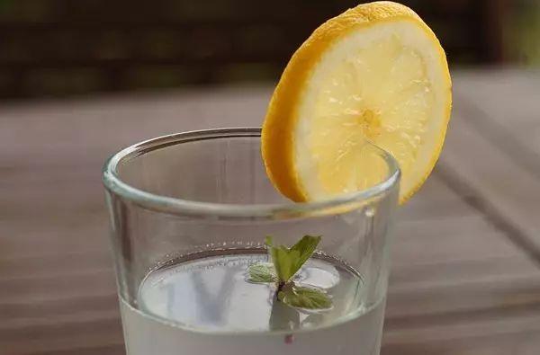 早上起来到底要不要喝水?这四个误区一定要避开!