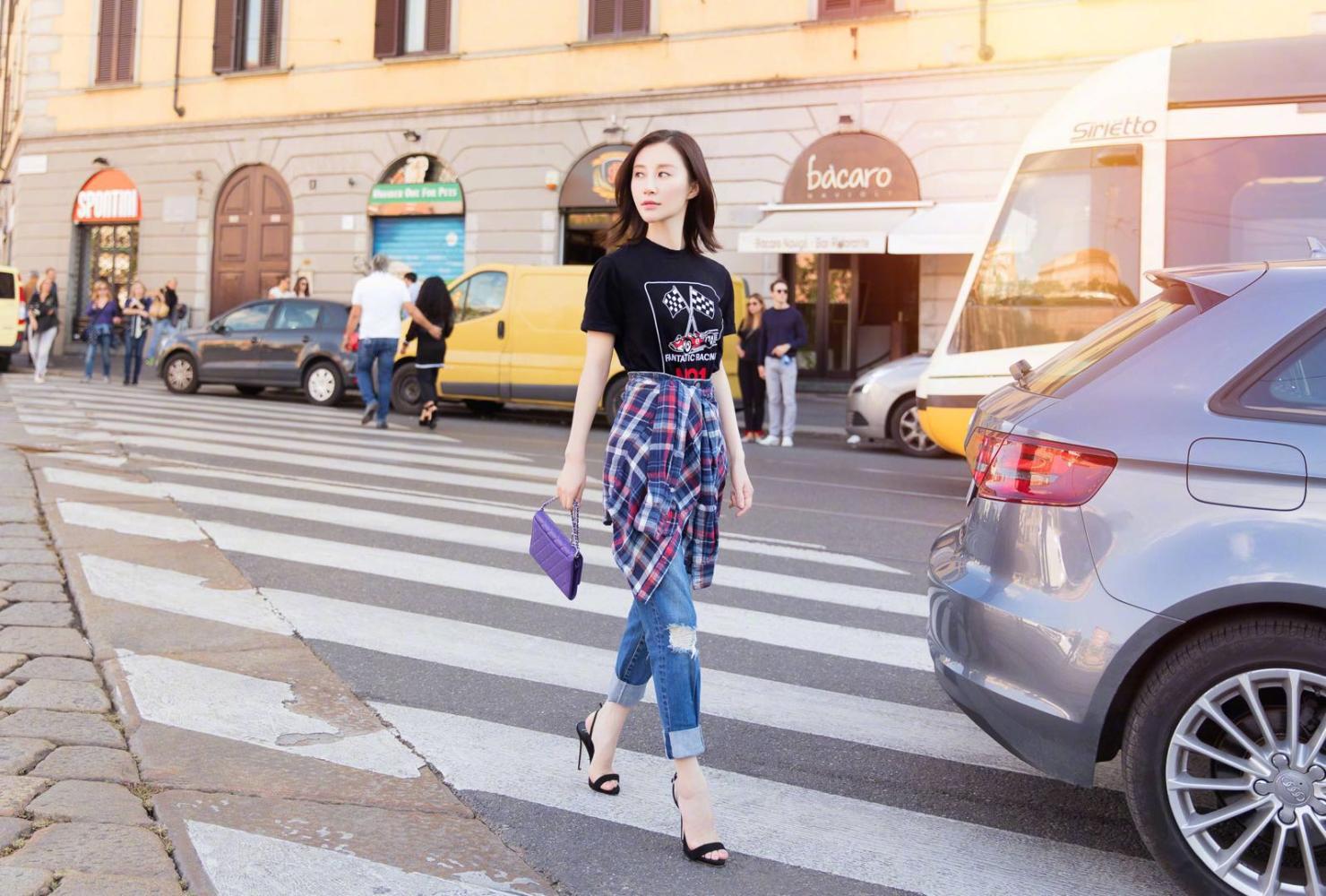 舒畅晒出新的街拍造型,这次格子衬衫的穿法很特别!