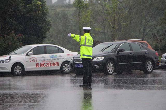 交警冒雨执勤全身湿透 过路司机热心抛伞后表示:是他先感动了我
