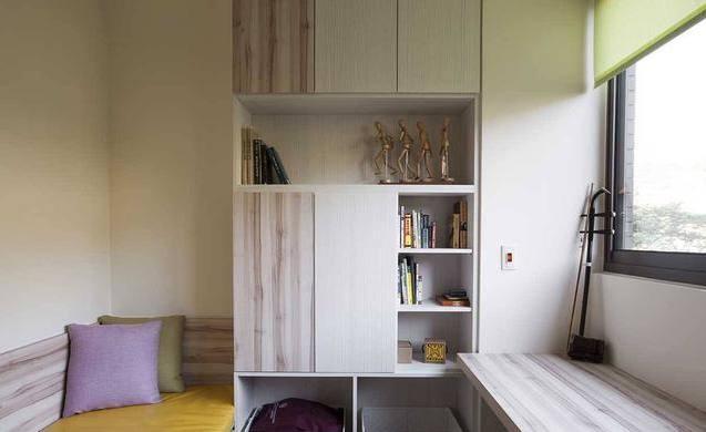 次卧的小书房,在靠窗户口设计了书桌,左边靠墙设计了一个榻榻米的小床