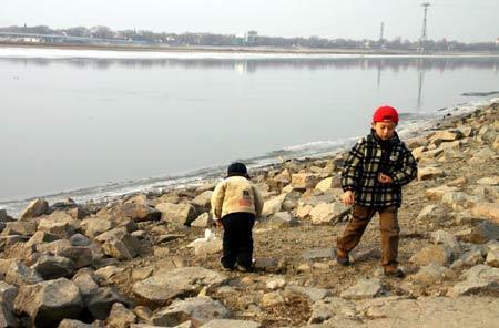2名儿童江边玩耍不慎落水 路过初中生毫不犹豫奋勇相救