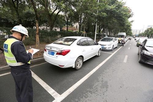 明明停在车位里,为什么还会被贴条罚款?