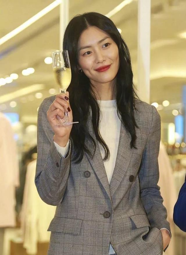 刘雯穿西装秒变职场女白领 看起来干练帅气也是很美图片