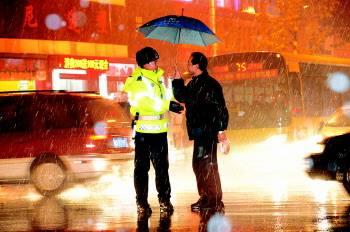 感人!路段拥堵执勤交警冒雨指挥交通 男子主动为其撑伞挡雨