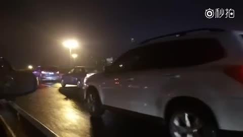 视频:分时租赁干掉两个高架路墩子,目测荣威E50,安全性不错!