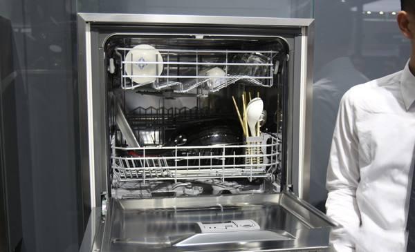 11岁自闭男孩最爱洗碗机 暖心餐厅经理带他亲自操作