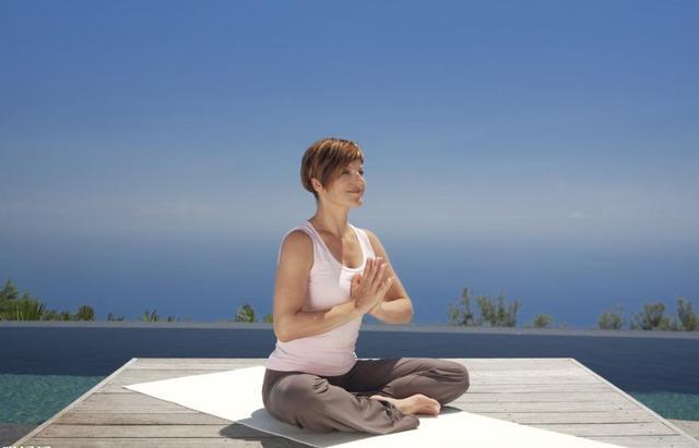 做每一项行为都要提前热身,这样会停止拉伤韧带肌肉,造成不须要的危险。