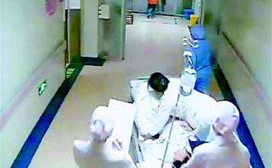 产妇检查时被发现脐带脱垂 尽职医生跪姿托举22分钟保证母女平安