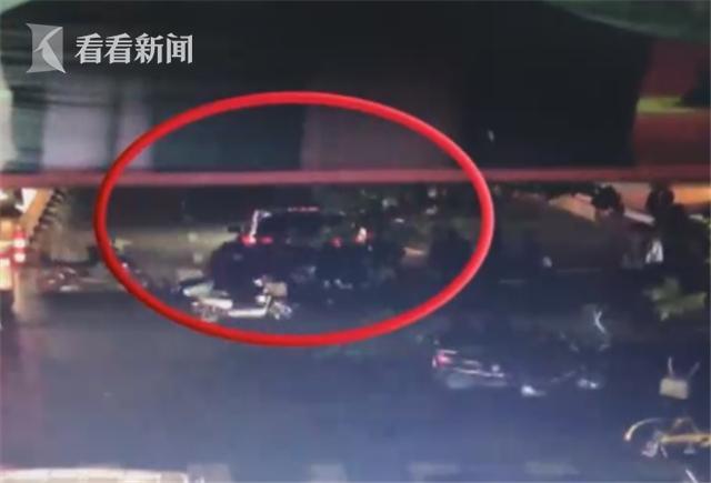 为救车祸伤者 数十名群众合力抬起两吨商务车