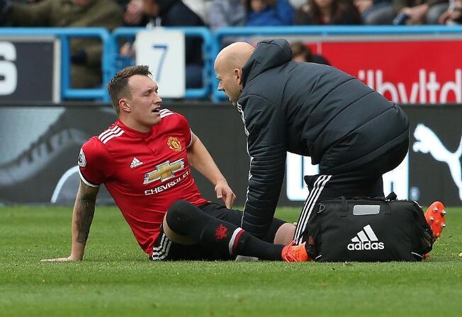 曼联对阵哈镇的比赛中菲尔·琼斯受伤下场