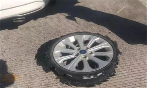 高速上这福瑞斯轮胎都磨光了女车主还浑然不知,还好交警及时拦下