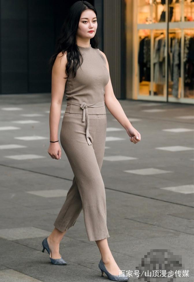 街拍:大美女身材饱满,紧身热裙最吸睛