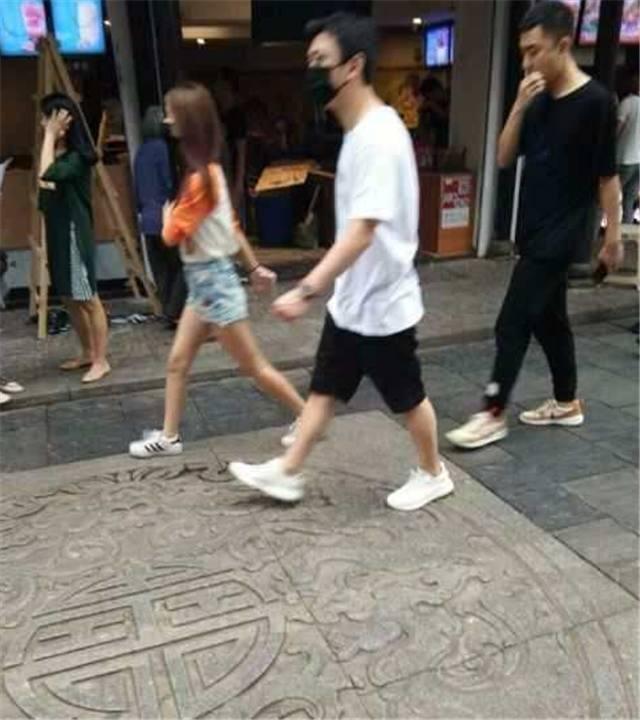 身价60亿的王思聪赴长沙,与新女友约会,豪车出行,牵手逛街!