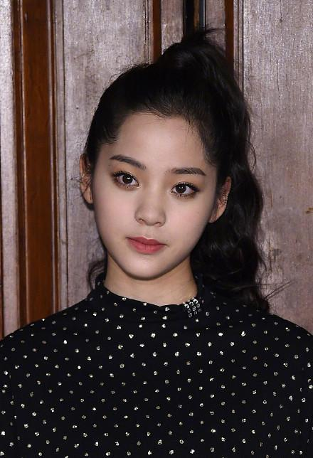 17岁欧阳娜娜同框27岁唐艺昕,网友:两人互换了身体?图片