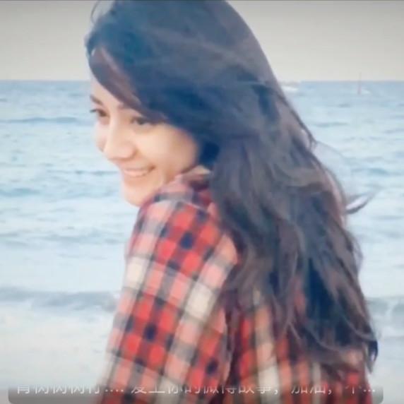 侧颜的迪丽热巴也是很美,网友对迪丽热巴晒海边游玩撩发评论截图。