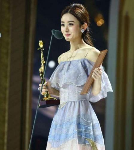 虽然赵丽颖出生农村,没有富裕的家庭,却也家庭成员简单.