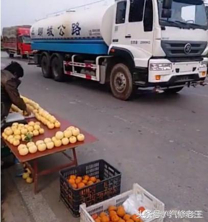 洒水车司机看见老人在路边卖水果,接下来的举动获无数网友点赞
