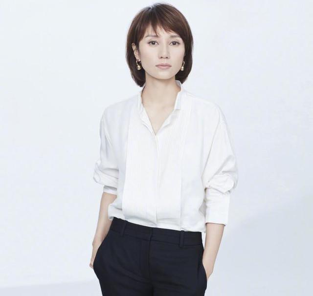 袁泉的这一个齐耳短发加上随意的刘海看上去就有气质多了,搭配她这一图片