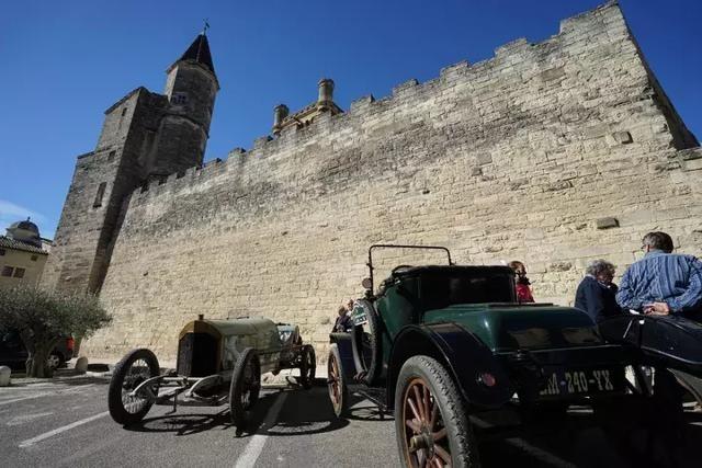 跳法兰多舞的古董汽车