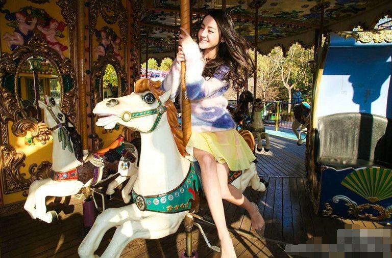 女星都爱骑木马,热巴可爱,赵丽颖美,最后一个让人浮想联翩!
