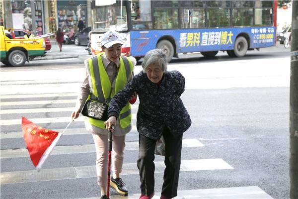 一行车绿灯时静候13秒 只为一位老奶奶安全过马路