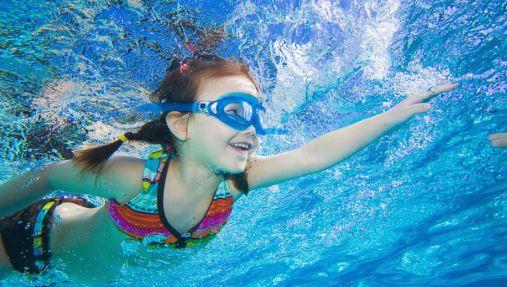 """婴儿被游泳教练""""倒栽葱""""扔进泳池 三秒学会水上漂"""