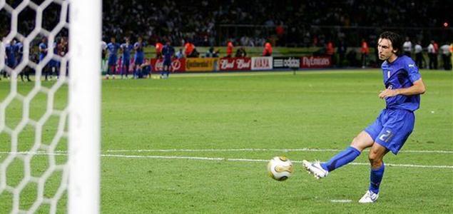 那年世界杯 皮尔洛用优雅的弧线 勾勒出了冠军