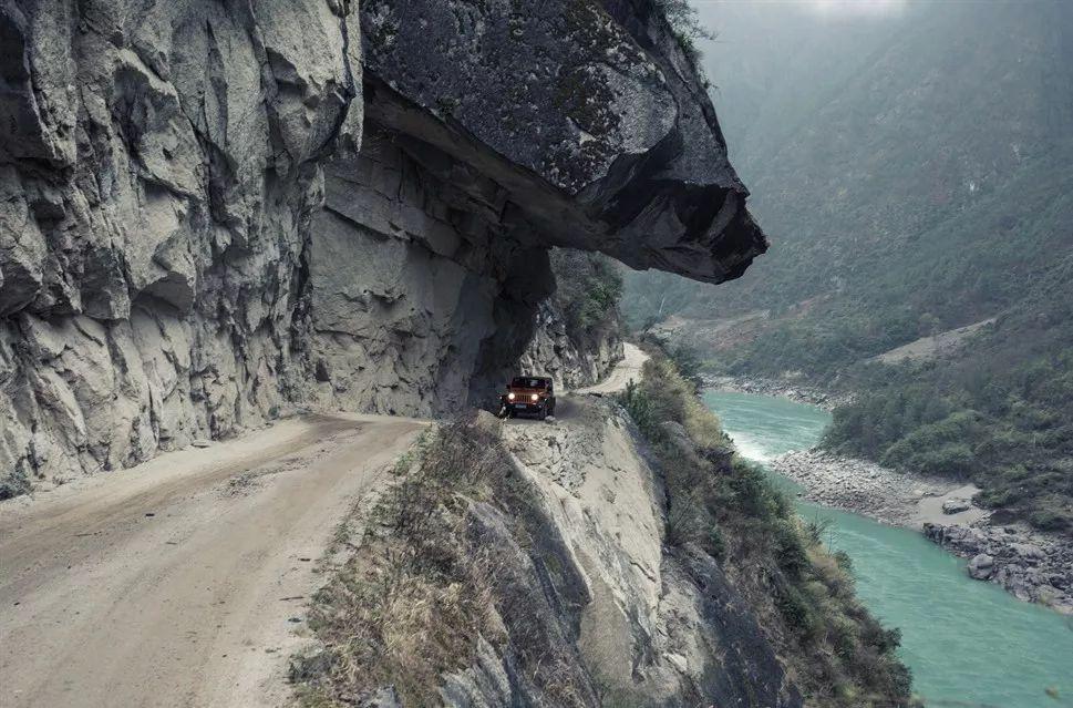2013年10月30日,波密扎木镇 墨脱公路也只能实现季节性通车,至今