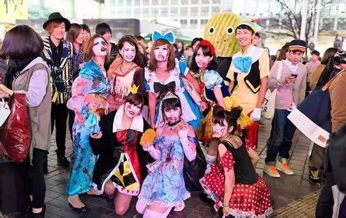 这还是干净的日本吗?万圣节游行后涩谷街头垃圾成灾