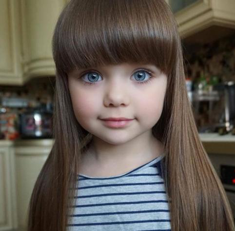 这个俄罗斯女孩被称为世界最美女孩,堪称真人洋娃娃!妈妈长这样