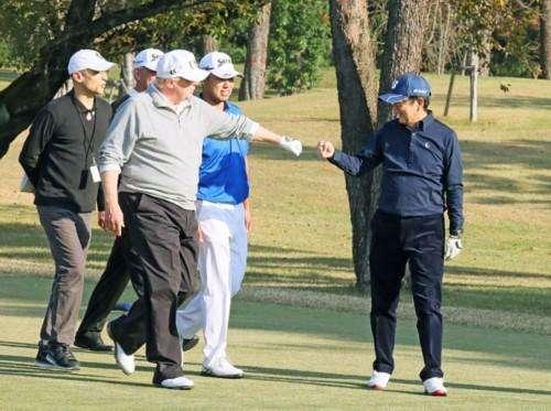 尴尬!安倍陪特朗普打高尔夫 结果在沙坑里摔了个四脚朝天
