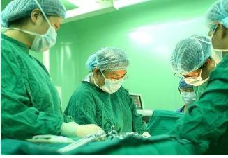 孕妈八个月被迫剖腹产,划开肚皮后医生瞬间直冒冷汗